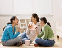 Amis socialisant et mangeant la crême glacée Image stock