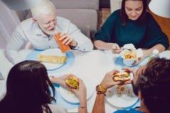 Amis souriant au wagon-restaurant dans la maison photos stock