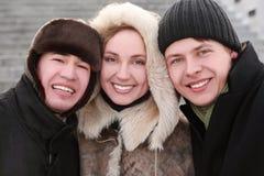 Amis souriant et regardant l'appareil-photo, l'hiver Image libre de droits