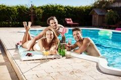 Amis souriant, faisant le selfie, cocktails potables, détendant près de la piscine Photo libre de droits