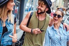 Amis souriant sur la rue Photos stock