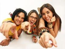 Amis souriant sur le blanc Photographie stock libre de droits