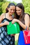 Amis souriants avec des sacs Photo stock
