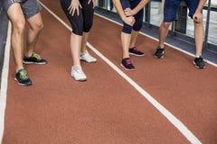 Amis sportifs de sourire allant commencer à courir Photos libres de droits
