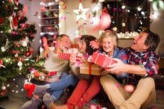 Amis supérieurs à côté d'arbre de Noël avec des présents Image libre de droits