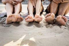 Amis supérieurs appréciant la plage pendant l'été Image libre de droits