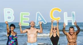Amis supérieurs appréciant la plage pendant l'été Photographie stock