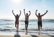 Amis supérieurs appréciant la plage pendant l'été Image stock