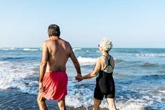 Amis supérieurs appréciant la plage pendant l'été Photos libres de droits