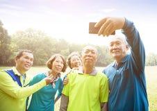 Amis supérieurs asiatiques prenant Selfie Images stock