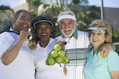 Amis supérieurs au court de tennis Photo stock