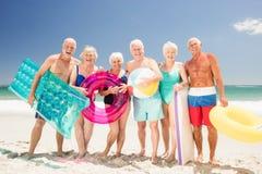 Amis supérieurs avec des accessoires de plage Photographie stock libre de droits