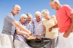 Amis supérieurs ayant un barbecue Photos stock