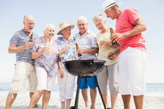 Amis supérieurs ayant un barbecue Photo stock