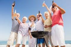 Amis supérieurs ayant un barbecue Image stock