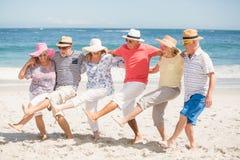 Amis supérieurs dansant sur la plage Photo libre de droits