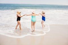 Amis supérieurs de femme jouant dans l'eau Photo libre de droits