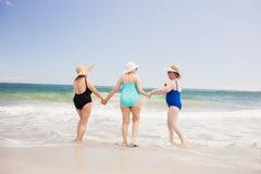 Amis supérieurs de femme jouant dans l'eau Photos stock