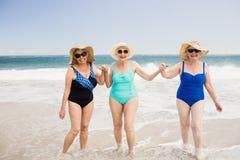 Amis supérieurs de femme jouant dans l'eau Image libre de droits