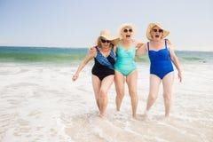Amis supérieurs de femme jouant dans l'eau Photographie stock libre de droits