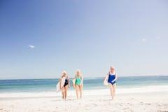 Amis supérieurs de femme tenant la planche de surf Photographie stock