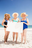 Amis supérieurs de femme tenant le papier blanc Image stock