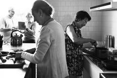Amis supérieurs faisant cuire la cuisine de nourriture Images libres de droits