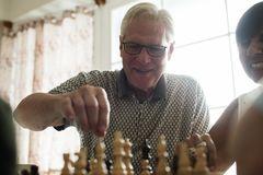 Amis supérieurs jouant des échecs ensemble Photographie stock