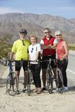 Amis supérieurs se tenant prêt des bicyclettes Photographie stock libre de droits