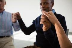 Amis supérieurs tenant des mains Photo libre de droits
