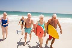 Amis supérieurs tenant la planche de surf Photographie stock