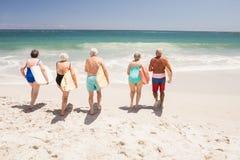Amis supérieurs tenant la planche de surf Image stock