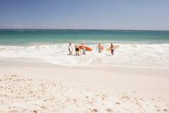 Amis supérieurs tenant la planche de surf Images stock