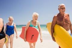Amis supérieurs tenant la planche de surf Photo libre de droits
