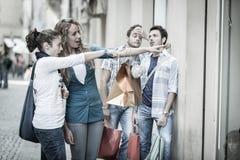 Amis sur des achats Photo libre de droits