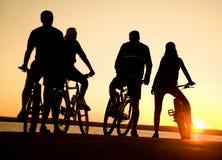 Amis sur des bicyclettes Photos libres de droits
