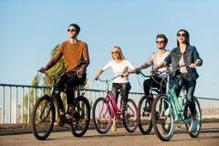 Amis sur des bicyclettes Photos stock