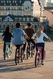 Amis sur des bicyclettes Images stock