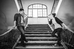 Amis sur des escaliers Photo libre de droits