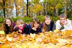Amis sur des lames d'automne Photos libres de droits