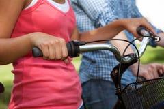 Amis sur des vélos Images libres de droits