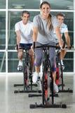 Amis sur des vélos d'exercice Image libre de droits