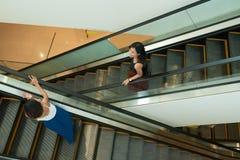 Amis sur l'escalator Photographie stock libre de droits