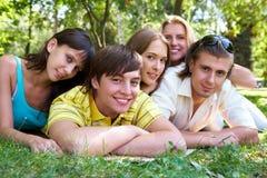Amis sur l'herbe Photo libre de droits
