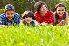 Amis sur l'herbe Photos libres de droits