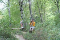 Amis sur la corde s'élevant en parc d'aventure Images stock