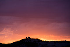 Amis sur la dune à la côte française Photographie stock libre de droits
