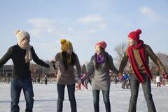 Amis sur la patinoire Photo stock