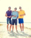 Amis sur la plage avec des bouteilles de boisson Photos libres de droits