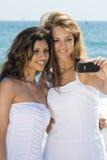 Amis sur la plage ayant l'amusement Photographie stock